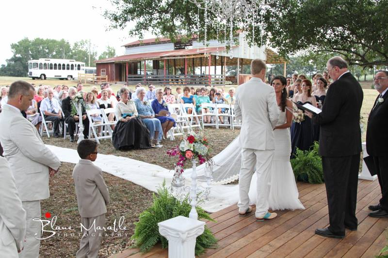 Pros and cons of indoor and outdoor weddings weddings in for Indoor and outdoor wedding venues